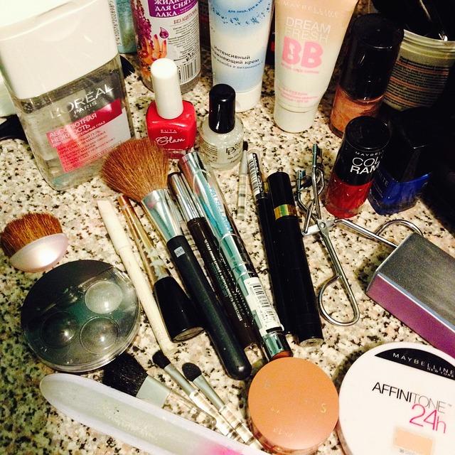 Jakie kosmetyki warto mieć w swojej kosmetyczce?